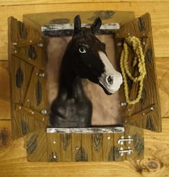 """Beeld  """" Zwart paard in de stal """""""