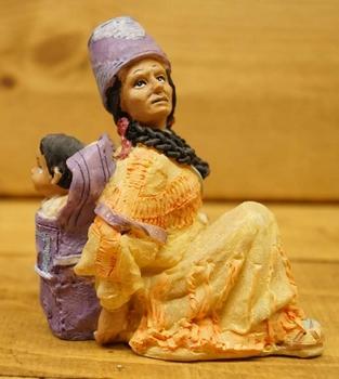 """Beeld  """" Indiaanse met kind op de rug """""""