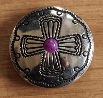 """Concho """" Kruis met paarse steen """" nikkelkleurig"""