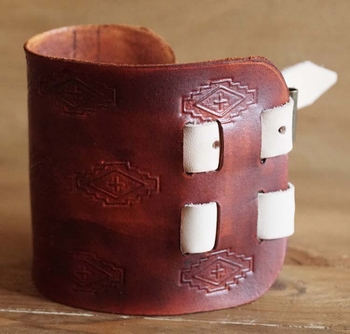 "Brede leren armband  "" Indiaanse teken ""  bruin / wit"