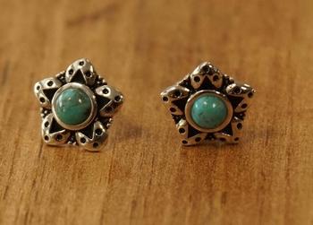 """Zilveren oorknopjes  """" Bloemen met turquoise steen """""""