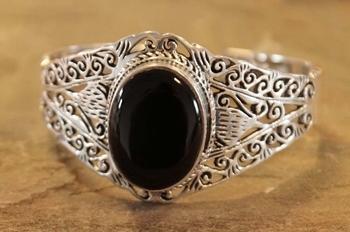 """Brede zilveren klemarmband  """" Sierwerk met zwarte steen """""""