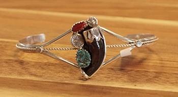 """Indiaanse armband """" Berenklauw zwart, rode en blauw stenen """""""