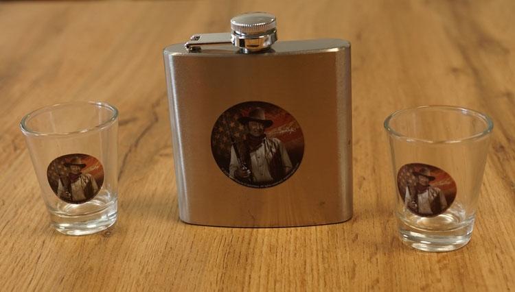 """2 Borrelglazen + drankflesje  """" John Wayne """""""