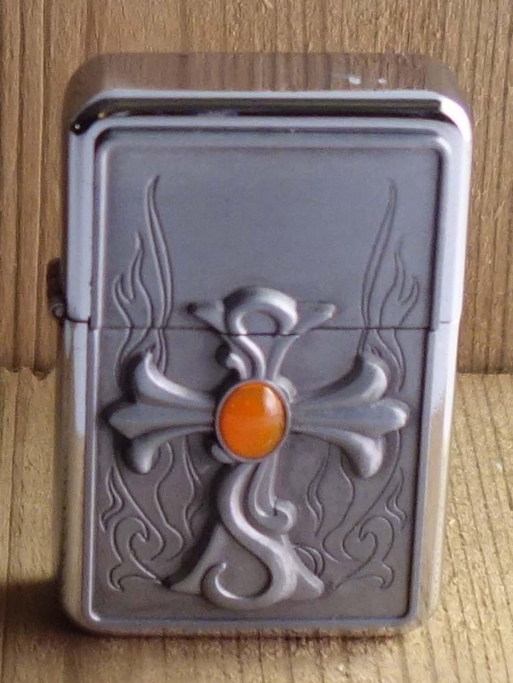 """Aansteker   """" Kruis met oranje steen """"   Zilverkleurig"""