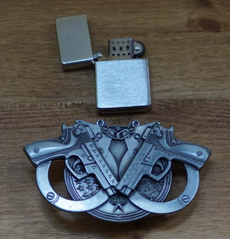 "Belt buckle with lighter "" Pistolen met handboeien """