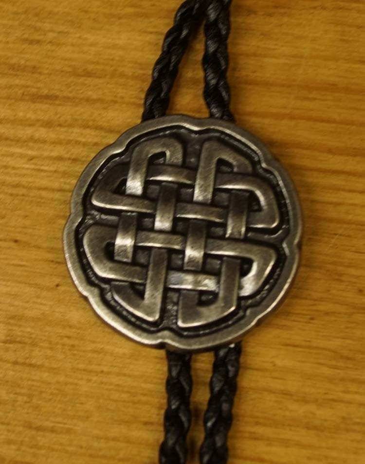 """Bolo tie  """" Keltische knoop """"   nikkelkleurig"""