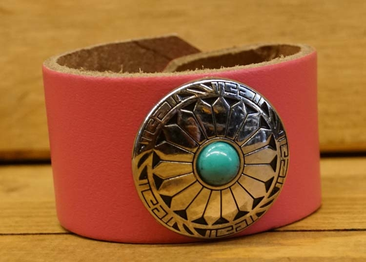 "Brede leren armband  "" Sierconcho met blauwe steen "" Roze"