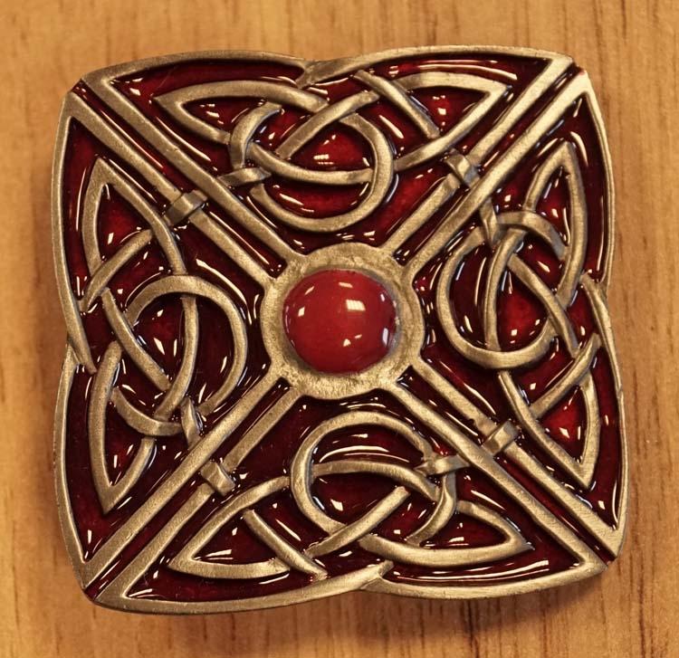 """Buckle  """" 4 delige Keltische knoop """" rood / nikkelkleurig"""