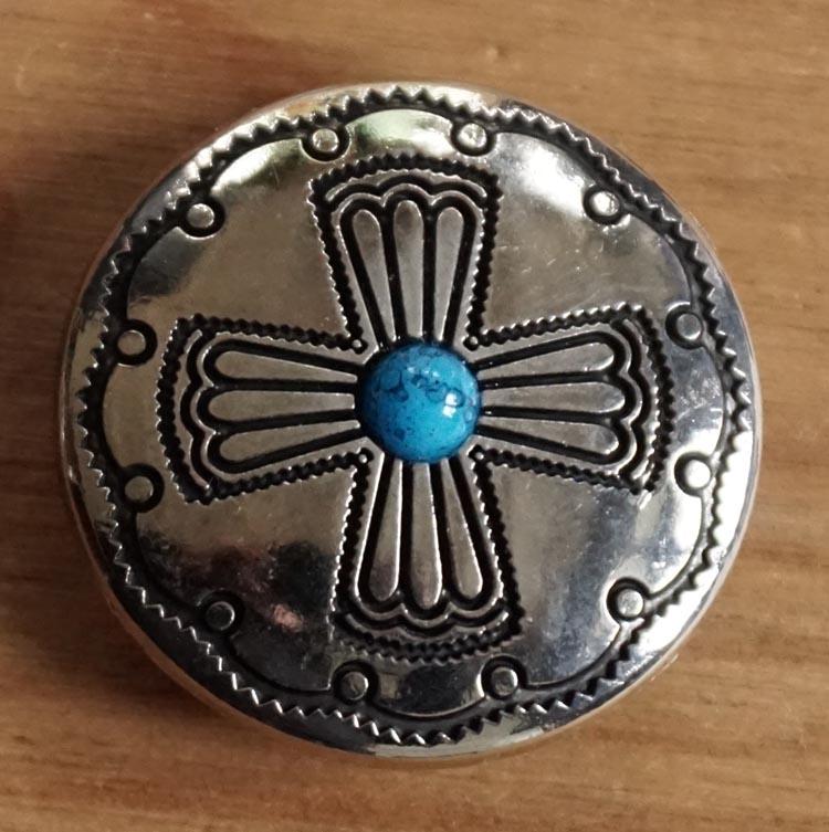 """Concho """" Kruis met blauwe steen """" nikkelkleurig"""