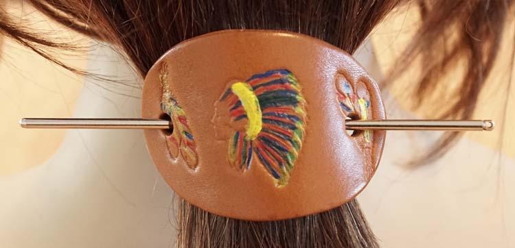 """Leren haarspeld  """" Indiaan met veren """"  licht bruin"""