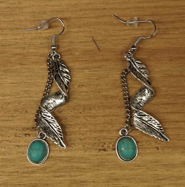 """Oorbellen / hangers  """" Veren met turquoise stenen """""""