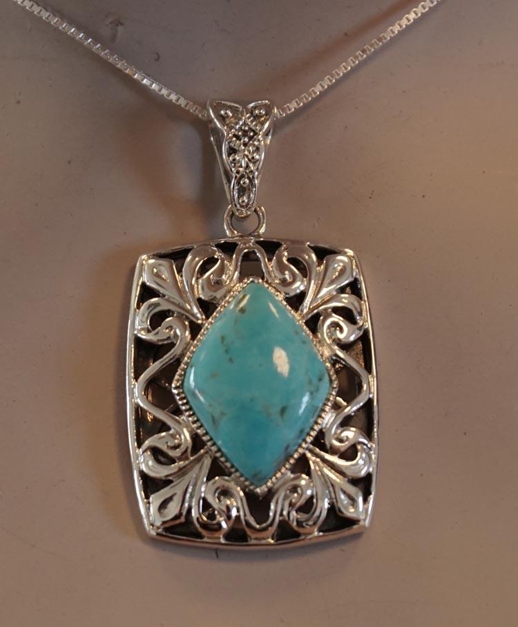 """Zilveren hanger """" Sierwerk in vierkant met turquoise steen """""""