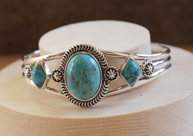 """Zilveren klemarmband """" Turquoise stenen in vorm rond / ruit"""""""