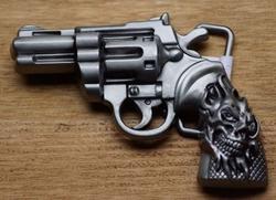 """Belt buckle  """" Revolver met een doodskop op het handvat """""""