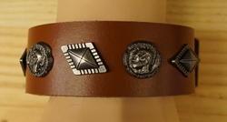 """Brede leren armband  """" Indianen met sier concho's """"  Bruin"""