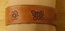 """Leren armband  """" Bloemen en vlinders  """"   Beige"""