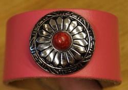 """Brede leren armband  """" Concho met rode steen """"  Roze"""