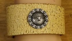"""Leren armband met veter  """" Stierenschedel """"  Beige/bruin"""