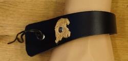 Leren schuine armband met veter vast maken