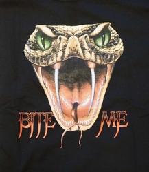 "T-shirt ""  Bite me / Cobrakop "" zwart"