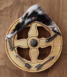Karrewiel met concho's indianen, veren en pijlen