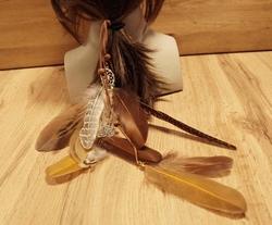 Haarelastiek met dreamcatcher en beige, bruine veren