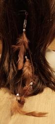 Haarkam met koord en bruine veren