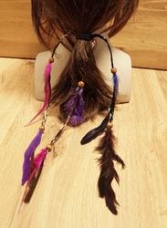 Haarelastiek met paarse, roze veren en bruine kralen