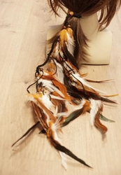 Haarelastiek met bruine en witte veren en bruine kralen