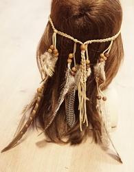 Haarband met beige veren en kralen